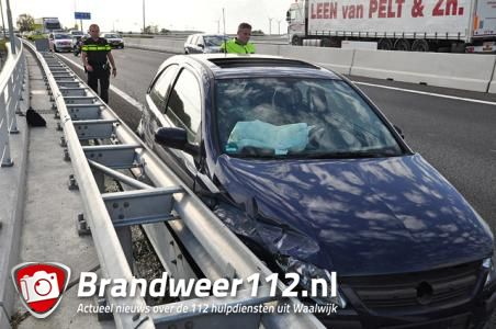Auto klapt tegen vangrail op de A59 (Maasroute) Waalwijk