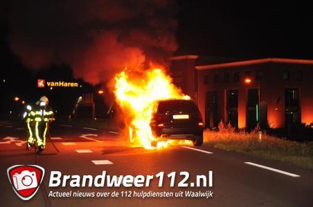 BMW gaat in vlammen op aan de Biesbosweg Waalwijk