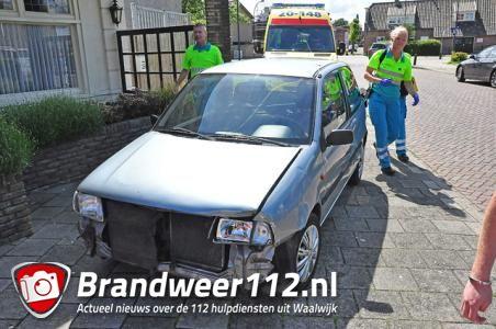 Vrouw gaat café binnen na aanrijding aan de Grotestraat Waalwijk