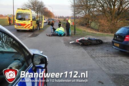 Scooterrijder klapt op auto en raakt gewond in Waalwijk