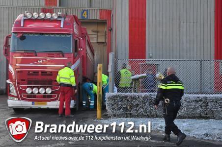 Vrachtwagenchauffeur valt uit cabine in Waalwijk