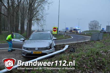 Weer vliegt auto uit de bocht bij afslag Waalwijk-Oost