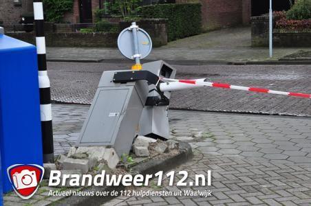 Vrachtwagenchauffeur rijdt slagboom uit de grond bij winkelcentrum De Els in Waalwijk