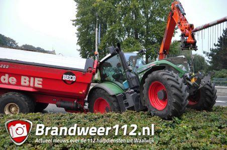 Tractor met aanhanger zand strandt in berm aan de Hertog Janstraat Waalwijk