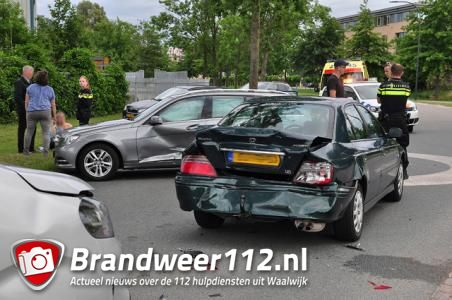 Drie auto's botsen op elkaar op de Sluisweg Waalwijk