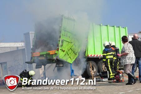 Vrachtwagen vol papier in brand in woonwijk aan de Eerste Zeine Waalwijk