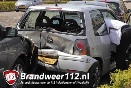Vier auto's botsen op elkaar aan de Noorder Parallelweg Waalwijk