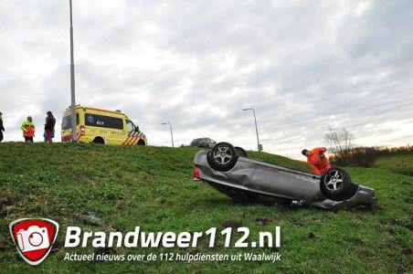 Auto rijdt van talud A59 (Maasroute) Waalwijk