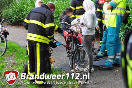 Meisje zit vast met voetje tussen spaken van fiets in Waalwijk