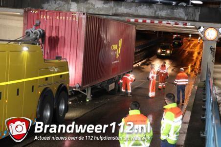 Container van vrachtwagen na uren weer los onder brug aan de Hertog Janstraat Waalwijk