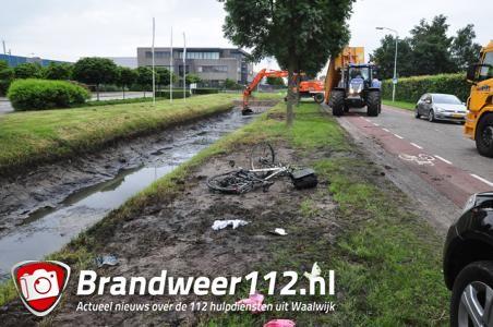 Man fietst moddersloot in en gaat tekeer tegen ambulancemedewerkers in Waalwijk