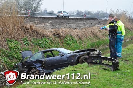 Bestuurder en inzittende met auto de sloot in aan de Cartografenweg Waalwijk