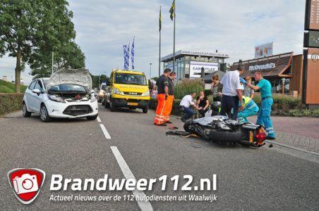Motorrijder komt frontaal in botsing met auto aan de Van Andelstraat Waalwijk