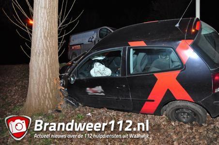 Bestuurder rijdt van talud en ramt boom aan de Emmikhovensestraat Waalwijk