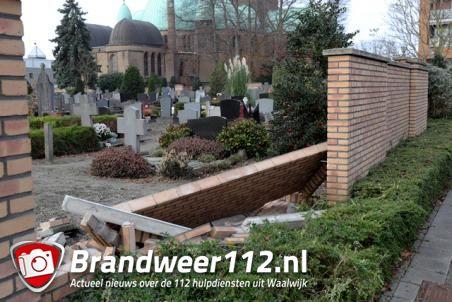 Muur omgevallen bij begraafplaats aan het St. Jansplein Waalwijk