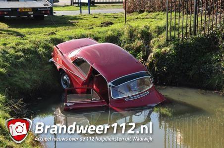 Twee gewonden bij ongeluk waarbij oldtimer in sloot belandt aan de Vijzelweg Waalwijk