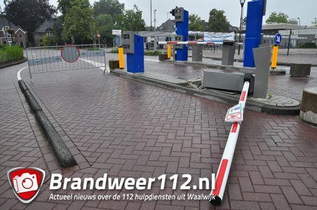 Vrachtwagen chauffeur rijdt slagboom compleet uit de grond aan winkelcentrum De Els Waalwijk