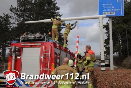 Brandweer verwijderd waarschuwingsbalk bij viaduct aan de Hertog Janstraat Waalwijk