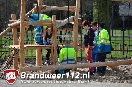 Politie bevrijdt meisje (9) dat vastzit in speeltoestel aan de Woeringenlaan Waalwijk