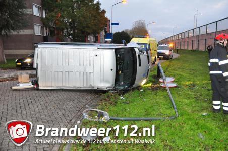 Lantaarnpaal vloert busje in Waalwijk