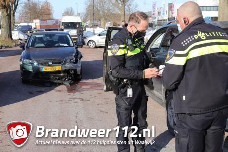 Twee auto's botsen aan de Industrieweg Waalwijk