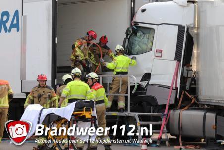 Vrachtwagenchauffeur zit bekneld in vrachtwagen aan de Van Hilststraat Waalwijk
