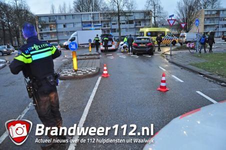 Vrouw vliegt over motorkap van auto in Waalwijk en raakt gewond