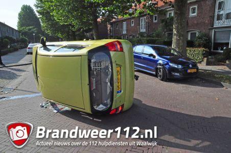 Auto belandt op kant na botsing met geparkeerde auto aan de Thorbeckelaan Waalwijk