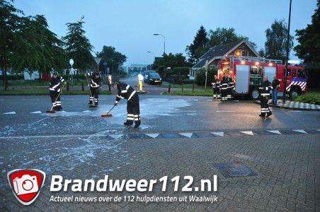 Brandweer maakt wegdek schoon aan de Krayenhofflaan Waalwijk