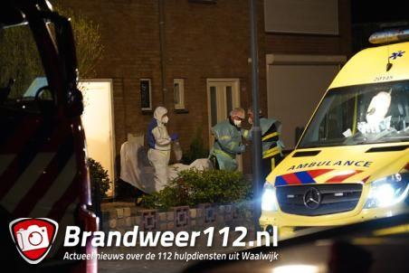 Brandweer haalt patiënt uit woning aan de Wederikstraat Waalwijk