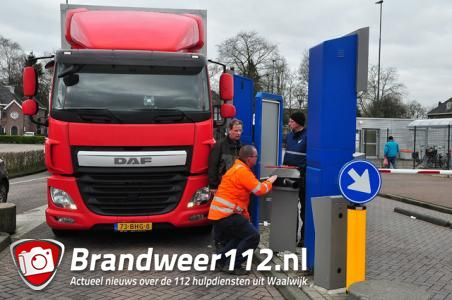 Vrachtwagenchauffeur rijdt slagboom uit de grond winkelcentrum De Els Waalwijk