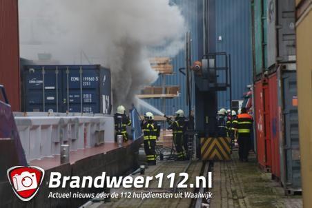 Brand op containerschip in Haven van Waalwijk, veel rookontwikkeling