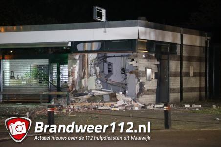 Enorme ravage na plofkraak op geldautomaat van ABN AMRO in Waalwijk