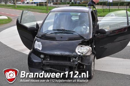 Aanrijding tussen twee Smart auto's aan de Kleiweg Waalwijk