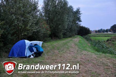 Tom Narski slaapt in tentje om vermiste hond Ona terug te vinden langs snelweg A59 (Maasroute) Waalwijk