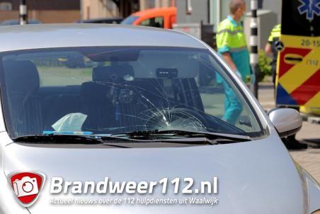 Vrouw klapt tegen voorruit van auto aan de Stationsstraat Waalwijk