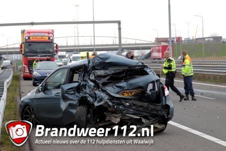 Vrachtwagenchauffeur botst achterop auto op de A59 (Maasroute) Waalwijk