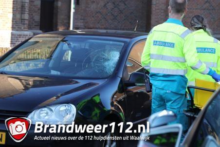 Vrouw klapt op voorruit van auto aan de Kerkstraat Waalwijk