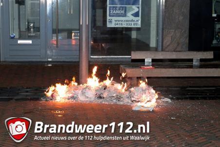 Berg met papier in brand aan de Stationsstraat Waalwijk