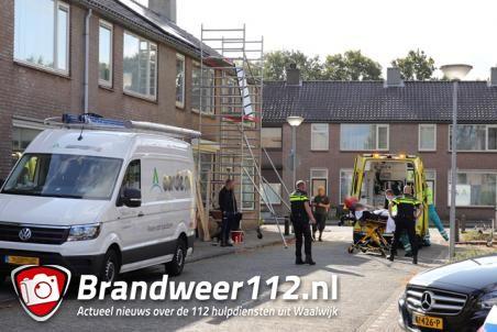 Man valt van steiger aan de Prof. Treubstraat Waalwijk