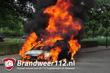 Auto compleet in lichterlaaie in Waalwijk