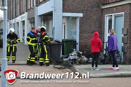 Bewoners en brandweerlieden blussen brandende vuilniszakken in Waalwijk