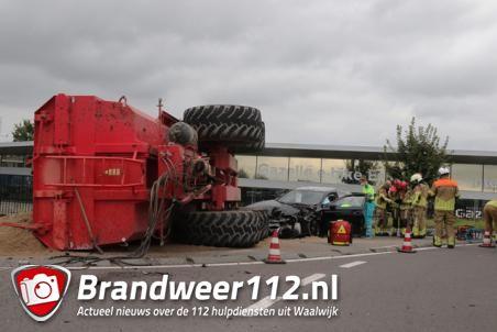 Bestuurder bekneld na botsing, aanhanger van tractor kantelt aan de Biesbosweg Waalwijk