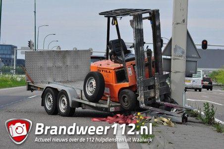 Auto verliest aanhanger met heftruck op de Midden-Brabantweg Waalwijk