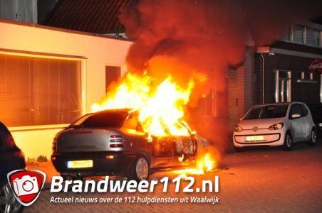 Auto brandt uit in Waalwijk, ruit van huis sneuvelt vanwege de hitte
