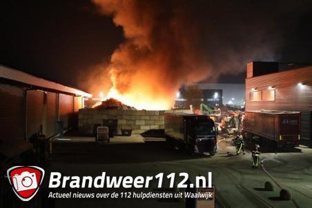 Grote berg afval in brand bij afvalverwerker Maton in Waalwijk
