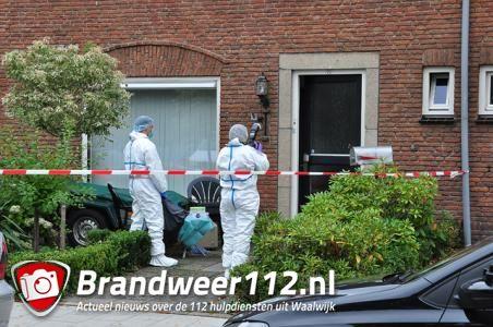 Recherche doet onderzoek in woning aan de Guido Gezellestraat Waalwijk