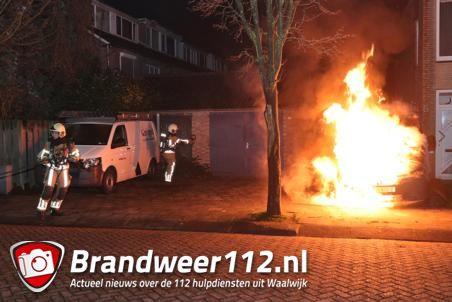 Bestelbus gaat in vlammen op aan de Potgieterstraat Waalwijk
