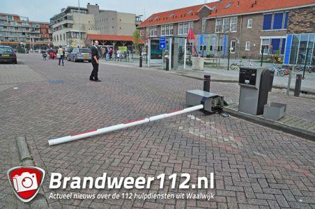 Oeps foutje: Vrouw rijdt slagboom compleet de grond uit aan het Unnaplein Waalwijk