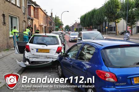 Automobilist wordt onwel en ramt geparkeerde auto's in Waalwijk